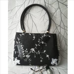 Fekete hímzett alkalmi táska