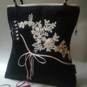 Fekete táska applikált csipke motívummal /Black shoulder bag with white emroidery